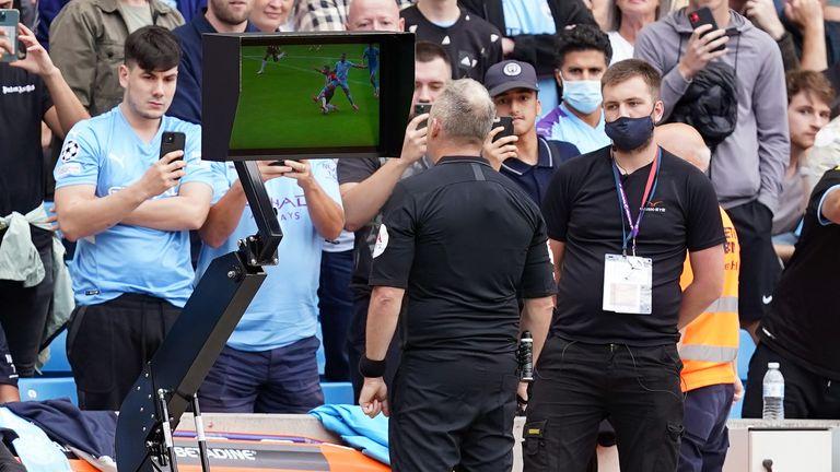 Jonathan Moss vio el incidente en el monitor de la cancha.