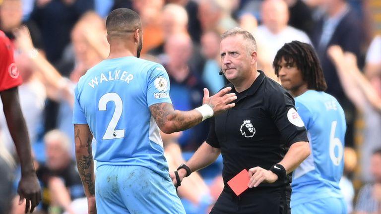 El árbitro Jonathan Moss muestra a Kyle Walker una tarjeta roja que luego anula tras una revisión del VAR