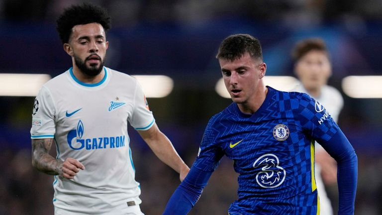 Mason Mount, right, challenges for the ball with Claudinho during Chelsea vs Zenit
