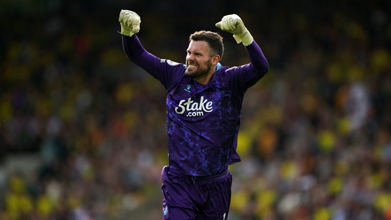 Ben Foster hizo su primer inicio de temporada en la Premier League contra Norwich en Carrow Road.
