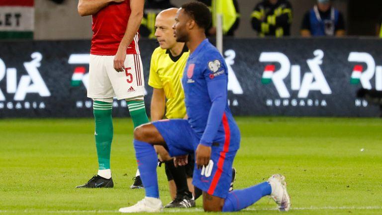 I giocatori dell'Inghilterra sono stati fischiati quando si sono infortunati alle ginocchia prima della gara di qualificazione ai Mondiali contro l'Ungheria