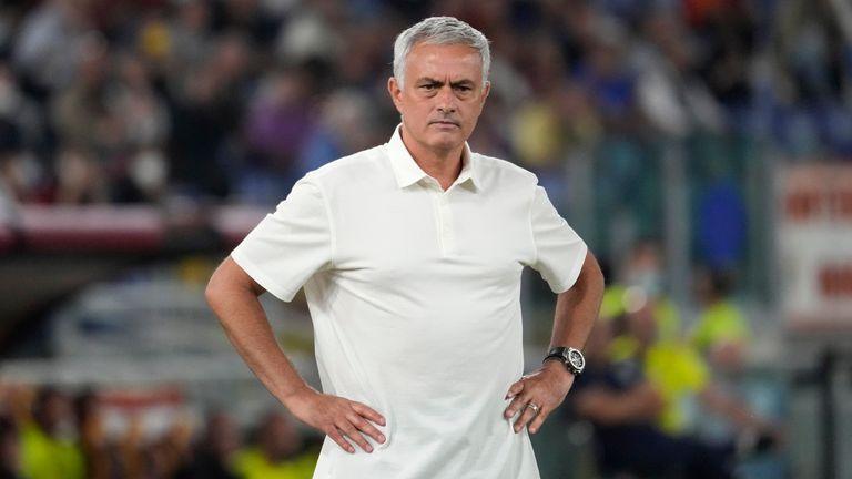 Jose Mourinho sta guardando durante la partita dell'Empoli