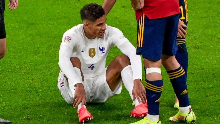 Rafael Varane est assis sur le terrain après une blessure lors de la finale de la Ligue des Nations - Miguel Medina/Paul Photo via l'Associated Press