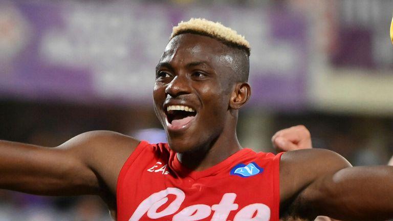 Victor Osimhen festeggia il 2-1 del Napoli